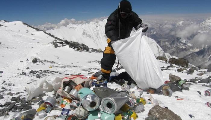 Dünyanın zirvesi temizlendi: 11 ton çöp 4 ceset