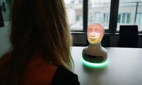 İş Görüşmesinde Kullanılan Tengai robotu